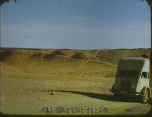 Passage d'un camion dans le désert